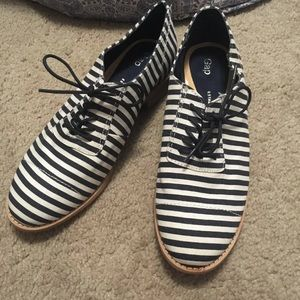 GAP Navy and White Striped Oxfords Size 9